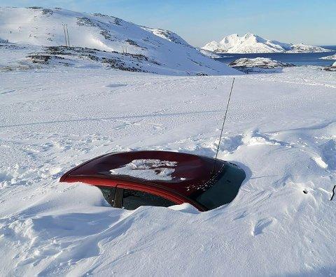 NEDSNØDD: Den ukjente bilen blir stående i Finnvikdalen til det blir vår.