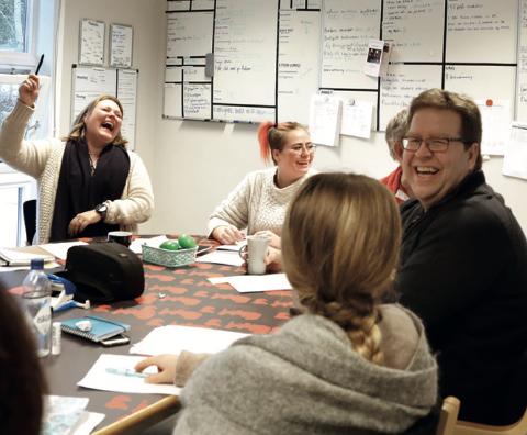 GOD STEMNING: Stemningen er god på Fontenehuset Rygge. De har etablert samarbeid med Kirkeparken videregående skole, og feirer 20 år med Fontenehus i Norge.