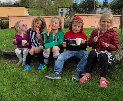 Barna i Lille Langerud kunne endelig feire med is og brus etter gladnyheten om at de får plass ved Abildsø Skole.
