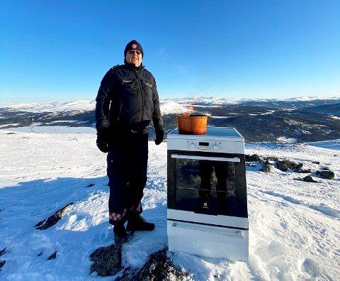 Ola Skreden, leiar for førebyggjande avdeling i Vågå brannvesen, og komfyren i alpinanlegget ved Lemonsjøen.