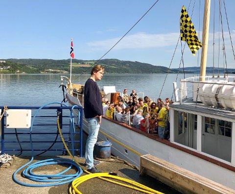Med Raufoss-flagget til topps seilte Skibladner av gårde med 75 supportere til Hamar lørdag formiddag.