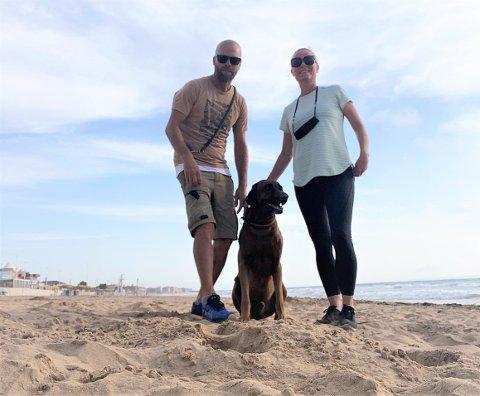 TØFFE TIDER: Vegar Skumlien og Irene Mentzoni på en folketom La Mata-strand sammen med hunden Leon torsdag morgen. Nå håper de turistene snart er tilbake og at eiendomsmarkedet skyter fart igjen.