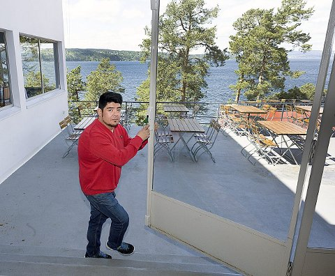 Ut mot havet: Carlos Valdés åpner dørene til årets sommersesong på Ingierstrand Bad.alle foto Ole Kr. Trana