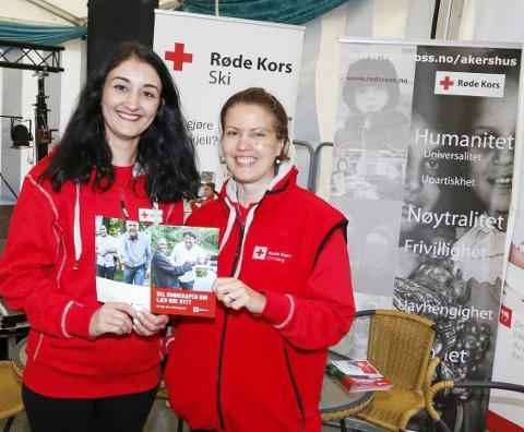 PÅ STAND: Delnya Salihi og Heidi Breen Råken i Ski Røde Kors er på jakt etter flere flyktningguider. Søndag hadde de stand på SKIrkusfestivalen. FOTO: STIG PERSSON