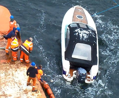 Mautenfor Helgeroa mandag. Mannskapet om bord i MV Arctic Pearl hadde en strabasiøs oppgave da de reddet båten