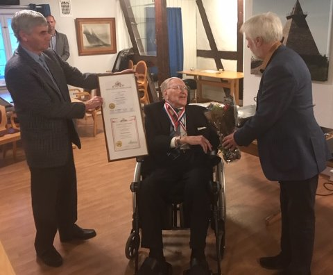 Thorleif Hansen ble hedret hos Stavern og omegn Sjømannsforening da stiftelsen Conwoy Cup og Camp Norway delte ut hver sin medalje. (Foto: Privat)