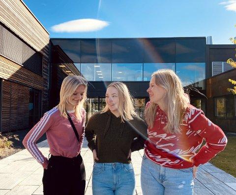 YRKESFAGELEVER: Andrine haugen (19), Johanne Rohaugen (19) og Julie Ødegårdsstuen (17) går Bilskade, lakk og karosseri på ELVIS