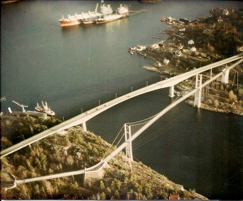 En sjeldent minne fra 1981 da den nye broen i sement tok over fra hengebrua, som ble revet i 1983. .
