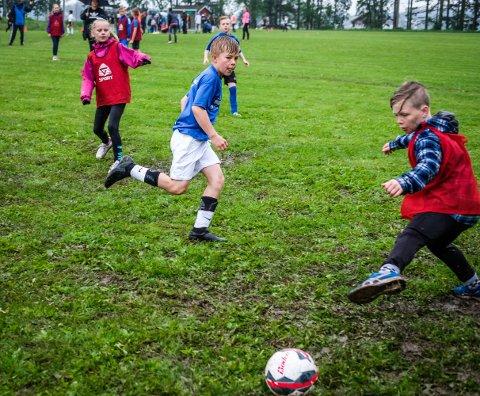 LEKEN: Trym Johansen (10) driblet seg gjennom motstanderens forsvar ved tre anledninger og plasserte ballen følsomt i nettet med keeperen.