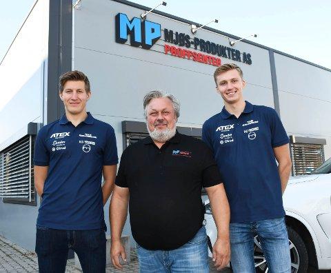 På lag: To Ringsaker-løpere, Håvard Hovde (t.v.) og Jørgen Stigen, er en del av det nye langrennslaget, Team Mjøs-Produkter. I midten ser vi daglig leder Svein Slåen i bedriften på Rudshøgda.