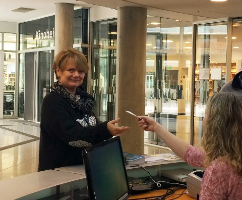 Ragnhild Berhgeim sier hun heier vilt og uhemmet på lokale produskjoner, og gleder seg til å se musikalen RENT på Lørenskog hus. Foto: Siri Røhr-Staff
