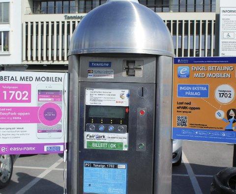 TO ALTERNATIVER: På kommunale p-plasser i Skedsmo kan du nå velge mellom to ulike betalingstjenester på mobil.