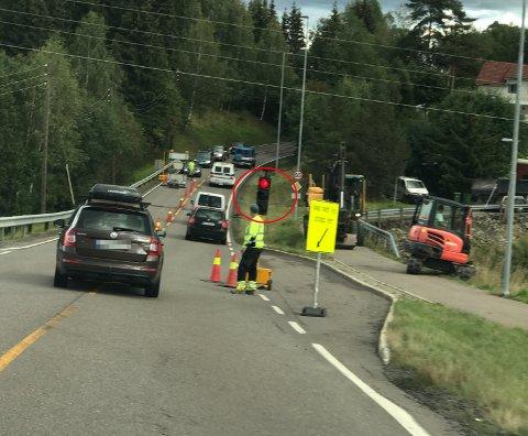 GIR KØ: Kjører man på rødt lys vil det gi en pause som fører til mer kø. Her er arbeiderne på stedet derimot i gang med manuell dirigering, og bilene gjør ingenting ulovlig.