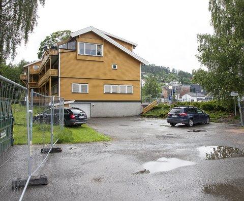 MISTER PLASSER: Beboere og legesenteret mister parkeringsplasser når det blir bygd boliger på denne plassen, men Hurum kommune lover å sørge for nye parkeringsplasser.Begge foto: HENNING JØNHOLDT