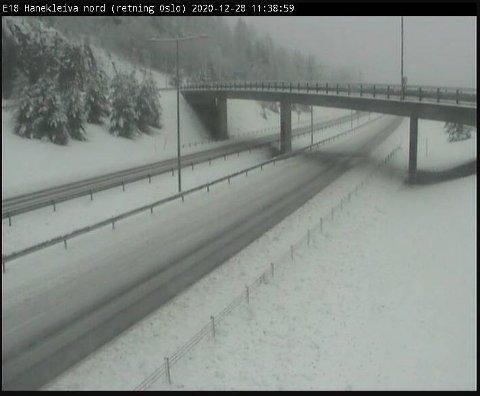 SLEIPT FØRE: E18 ved Hanekleiva preges mandag formiddag av ny og fuktig snø.