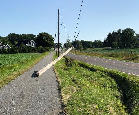 UHELL: En lastebil kjørte fredag morgen ut av Melsomvikveien, og kjørte samtidig inn i en lyktestolpe.