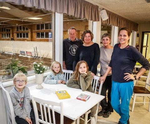 PÅ RIDESENTER: Tommy Holmen (bak til venstre), Heidi Gamlesanne, Lillian Eriksen og Cecilie Enoksen By er frivillige i Treffpunkt Østfold. Torsdag tok de med seg syv år gamle Jakob Nøstdal Wick (t.v.), Maja Nøstdal Wick (9,5) og Maria Biskup til Tune Ridesenter, som ligger i Stikkaåsen.