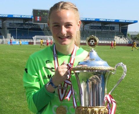 VINNAR: I fjor vann Maria Sandvik Dana Cup saman med Viking sitt jenter 16-lag, der ho stilde opp på kort varsel som reservekeeper.