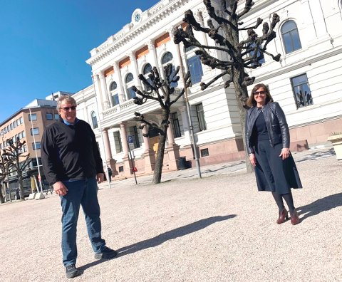 ÅPNER IGJEN: Alle barnehager blir åpne fra og med mandag. Politiker Ole Geir Hoppestad og kommunalsjef Grete Gjelten setter pris på det.