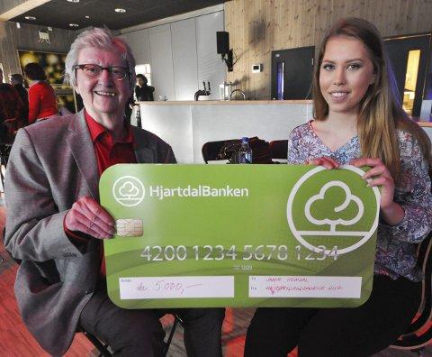 Veteran og debutant: Janne Heimdal fra Notodden videregående skole vant novelle-konkurransen under Herbjørnsruddagene – 5000 kroner. Det syntes Hans Herbjørnsrud var flott.