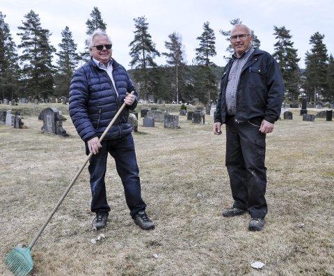 DUGNAD: Bjarne Bakken håper mange stiller opp på de kommende dugnadene på kommunens fire gravlunder. Først ut er Notodden gravlund til mandag. Her er Bakken (t.v.) sammen med Torfinn Funner.