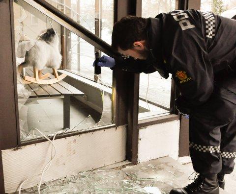 INNBRUDD: Vinduet i inngangsdøren ble knust av tyvene - og på glass-skårene fant politiet både sålemønster og fiber fra tiltaltes sko og genser.