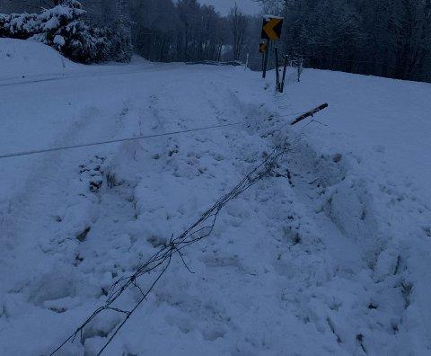 AV VEIEN: Slik så det ut etter at noen endte i grøfta og tok med seg et gjerde på Fossanveien i Re.