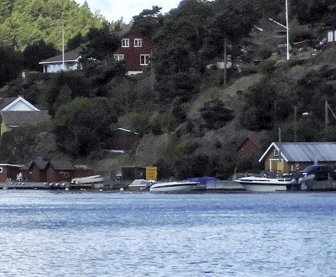 Ønsker enklere tilgang: Bryggen det søkes om avkjørsel fra til fylkesveien ligger ved det gule skiltet på bildet. Foto: Skibsaksjeselskapet Hesvik
