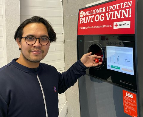 734 808: Så mange bokser og flasker gikk gjennom denne automaten i 2020. Butikksjef Jon Erik Rogne i Rema 1000 Leira.