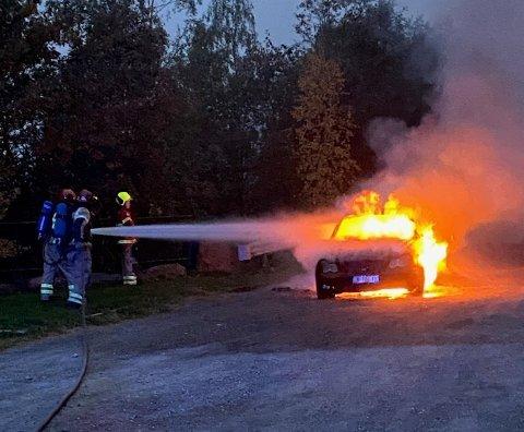 OVERTENT: Bilen sto i full fyr da brannmannskapene kom til stedet lørdag morgen.