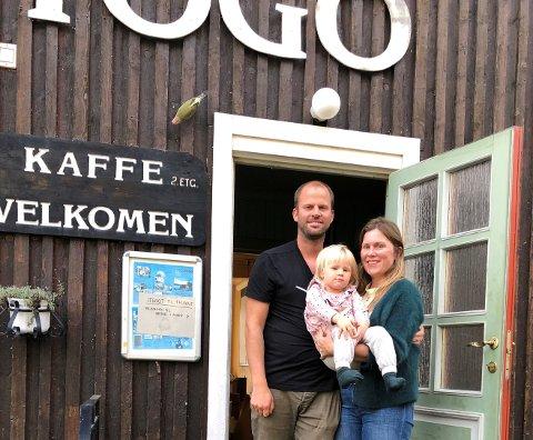 VELKOMMEN TIL OSS: Lars Blikstad Galaaen og Vibeke Møller Isachsen med dattera Eivor på armen, ser fram til å ta imot både utstillere og gjester i Vevstogo til helga.