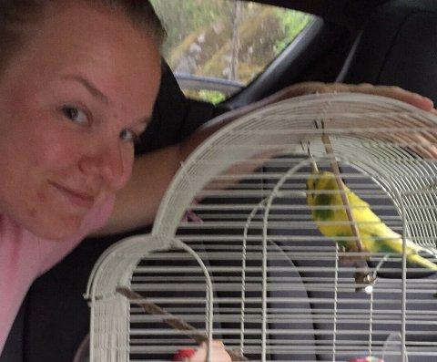 FUGLELYDER: Juliane Marie Løken lokket undulaten med fuglelyder på telefonen.