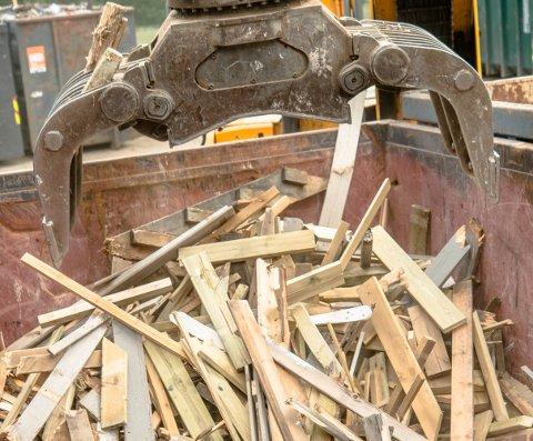 De gamle materialene som var kastet i Den Fredrikhaldske Kongevei havnet i kontaineren med tre og ble knust der.