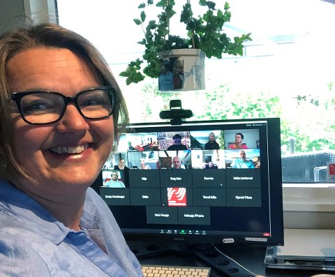 BLE KOMISK: Hege Iren Frantzen, fra Ås, fikk besøk av en skjære under onsdagens møte i Norsk Journalistlag. Med et håndkle og noen velvalgte gloser, fikk hun til slutt fuglen ut av stuen.