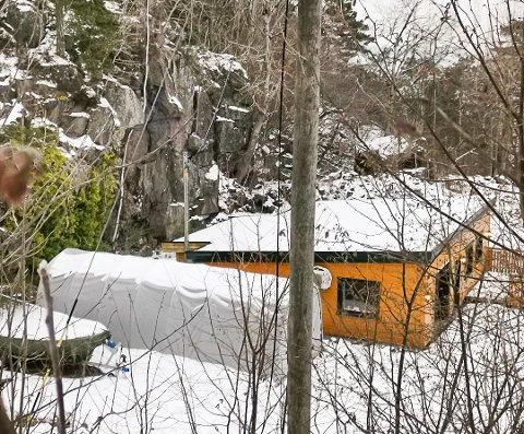 Avdelingsingeniør i Risør kommune Odd Arne Børset sier at det er viktig å få avklart ansvarsforholdene knyttet til sikring av fjellpartier. Multiconsult anbefaler å sikre dette stedet i Buvikbakken.