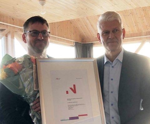 Prisvinner Knut Olaf Reiersen fikk bygdeutviklingsprisen for Vest-Agder 2019 utdelt av Sveinung Hovstad, direktør i Innovasjon Norge. (Foto: Unni Svagård / Fylkesmannen i Agder)