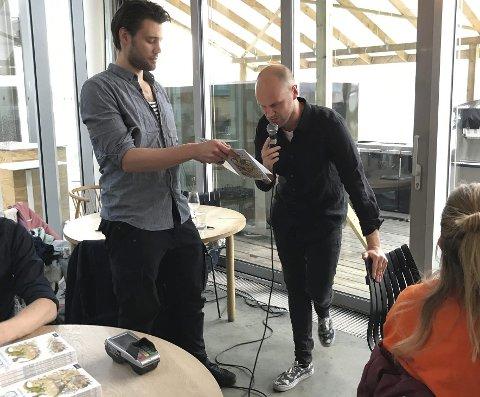 Høytlesning: Med Johan Reisang som bokstativ leste forfatter Einar Wist Øien fra boka under lanseringen på «Vingen» i Astrup Fearnley Museet i Oslo nylig. Foto: Privat