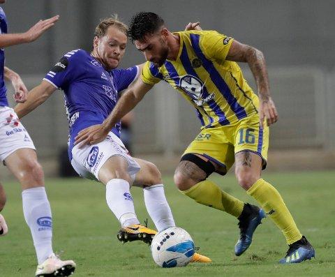Sarpsborgs Jon-Helge Tveita, vil venstre, og Maccabi Tel Avivs Eliran Atar under kampen i Israel torsdag. (AP Photo/Tsafrir Abayov)