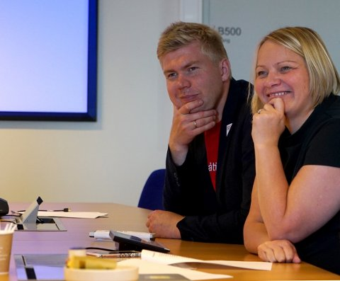 SPØR: Stortingsrepresentant Mona Fagerås, her sammen med partifelle Vegard Lind-Jæger fra Narvik SV, spør om samferdselsministeren er klar over at barn i Ballangen kan få en farlig skolevei.