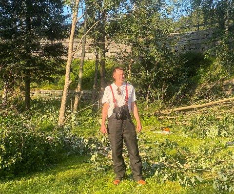 STÅR PÅ: Steinar André Lund jobber flittig for å holde Elvedalen pen slik at folk vil bruke parken.