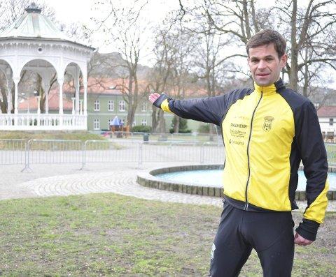 VELKOMMEN: Gjermund Tønnesen ønsker alle mosjonsglade haldensere, i alle aldre, velkommen til Busterudparken lørdag.