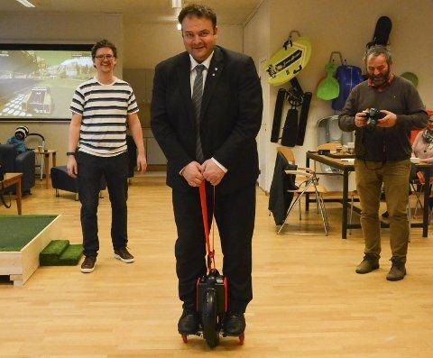 Balansekunst: Ordfører Roald Aga Haug  prøver seg mens Tore Hjørnevik (t.v.) og Arne Valen følger med. Foto: Mette Bleken