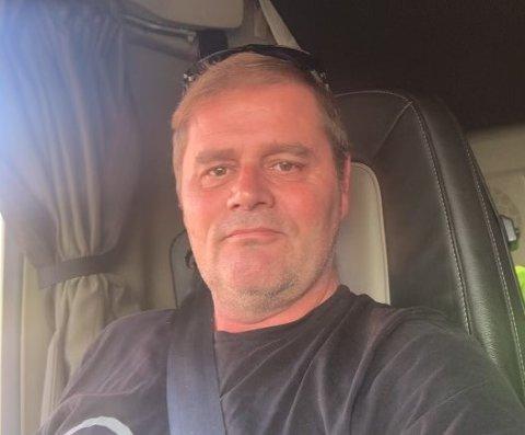 FÅR IKKE SNUDD: Yrkessjåfør John Terje Nordskog mener det er problematisk at høydebegrenser-skiltene er plassert like etter rundkjøringen på Norheim.