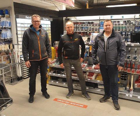 Brødrene Remi Jansen (t.h.) og Roar Jansen selger Bygger'n til E.A. Smith, her representert ved Geir Kongsjorden, regionsjef Bygger'n