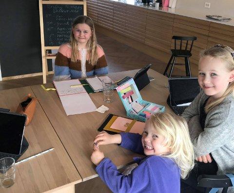 HJEMMESKOLE: Cornelia ( 8, f.v.), Maud (10) og Gabrielle (4) har hjemmeskole rundt kjøkkenbordet. Leopold (12) er også med i gjengen, men var ikke til stede da bildet ble tatt.