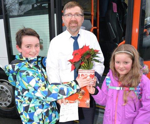 I fjor var busssjåfør Lars Wang ein av dei som fekk Kvinnheringen sin juleblom, fordi søskenparet Jakob og Frida Steffensen meinte han var verdas «kulaste» bussjåfør. Har du tips om andre som bør få ein juleblom? (Arkivfoto).