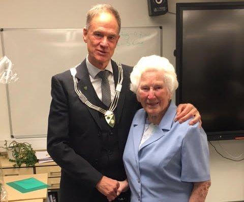 PRISVINNEREN: Edel Kåsin fikk Nore og Uvdals kulturpris av ordfører Jan Gaute Bjerke mandag ettermiddag.
