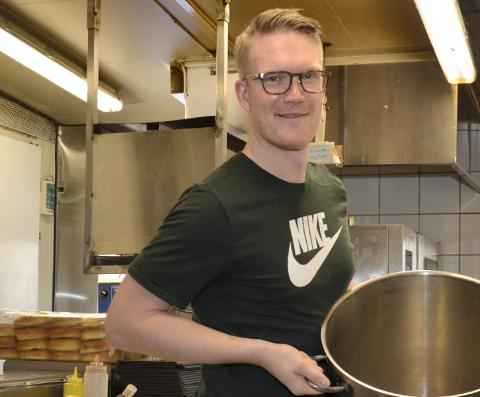 Morten Myhre Skråtengen og resten av crewet på Nikkers forbereder seg til lørdagens besøk av sultne og tørste håndballfans.