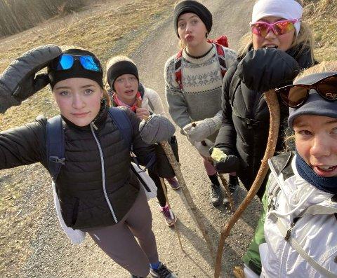 LANGTUR: Ebba Roer (f.v), Mia Haugedal, Ida Andresen, Benedicte Olsen og Emilie Kristiansen bestemte seg for å gå fra Moss til Oslo for å nå 100.000 skritt hver. Foto: Emilie Kristiansen