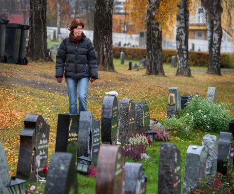 ET ALTERNATIV: Gravferdskonsulent Line Langseth Bakkum opplyser at en navnet minnelund vil bli et alternativ til tradisjonelle graver, slik som her på Gjøvik gravlund.